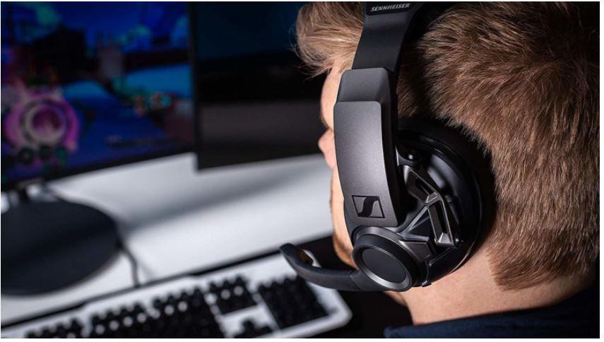 Hoe u virtuele surround sound aan elke hoofdtelefoon kunt toevoegen om te gamen